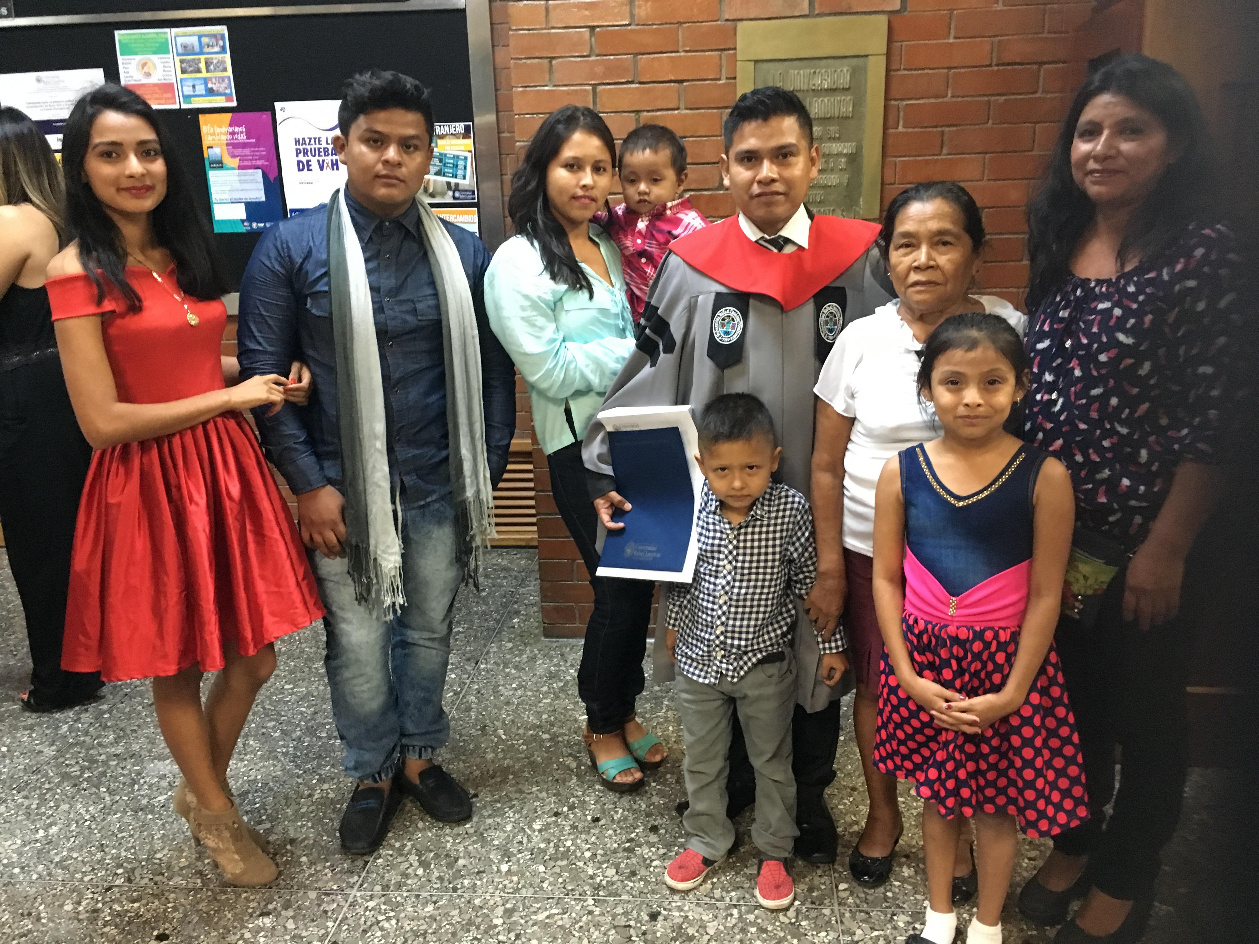 Oscar con su familia